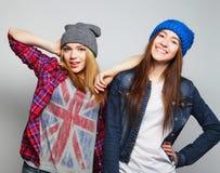 Due migliori amici sexy alla moda delle ragazze dei pantaloni a vita bassa Fotografia Stock