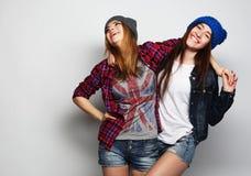 Due migliori amici sexy alla moda delle ragazze dei pantaloni a vita bassa Immagine Stock