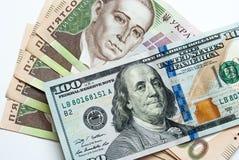 Due mila cinquecento hryvnia ucraini e cento dollari Immagini Stock Libere da Diritti