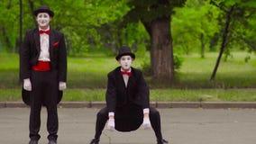 Due mimi divertenti fanno la prestazione nel parco archivi video