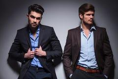 Due modelli rilassati del maschio di modo Immagini Stock