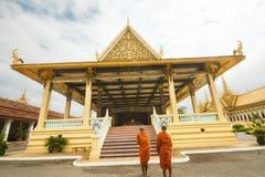 Due monaci buddisti davanti al banchetto Corridoio - Royal Palace in Phnom Penh, Cambogia Fotografia Stock Libera da Diritti