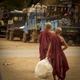 Due monaci del ragazzo che camminano sul mercato locale Fotografia Stock Libera da Diritti