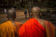 Due monaci più anziani che esaminano turista Immagine Stock