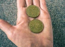 Due monete tunisine sul woman& x27; palma di s Fotografia Stock Libera da Diritti