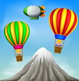 Due mongolfiere che volano con i ragazzi felici e la scena della montagna illustrazione vettoriale