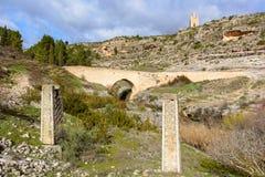 Due monoliti sulla sponda del fiume fotografie stock