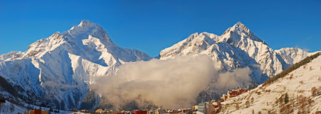 Due montagne della neve Fotografia Stock