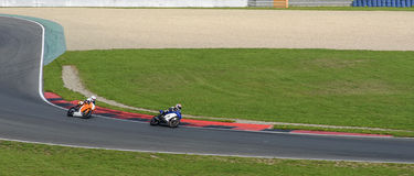 Due motociclisti sulla strada principale nella curvatura ripida Fotografia Stock