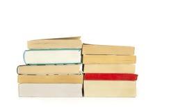 Due mucchi dei libri, isolati sopra fondo bianco Fotografia Stock
