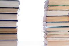 Due mucchi di vecchi libri che si trovano accanto a ogni altro Immagini Stock Libere da Diritti