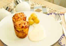 Due muffin del formaggio con l'uva e la salsa marinate Fotografia Stock
