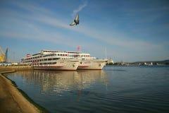 Due navi bianche al pilastro in Togliatti fotografie stock libere da diritti
