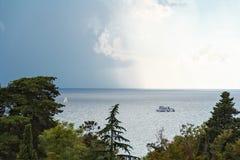 Due navi bianche nel giorno nuvoloso di estate Immagini Stock Libere da Diritti