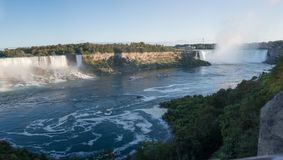 Due navi con i turisti nuotano da una cascata ad un altro Fotografia Stock