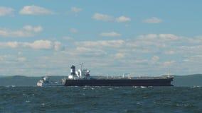 Due navi da carico ancorate che aspettano in mare video d archivio