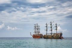 Due navi nel mare in tempo nuvoloso Fotografia Stock Libera da Diritti