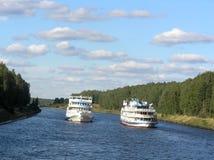 Due navi sul fiume Fotografia Stock