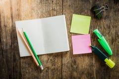 Due note appiccicose variopinte in bianco, taccuino, matita, evidenziatore Fotografia Stock Libera da Diritti