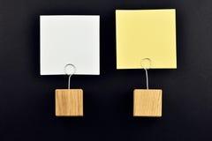 Due note di carta con i supporti sul nero per la presentazione Fotografia Stock
