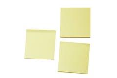 Due note di Post-it gialle in bianco e una pila Fotografia Stock