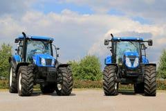 Due nuova Holland Agricultural Tractors Fotografia Stock Libera da Diritti