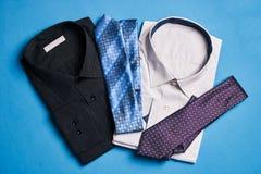 Due nuove camice variopinte con i legami per gli uomini Fotografie Stock Libere da Diritti