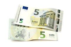 Due nuove cinque euro fatture isolate Immagini Stock