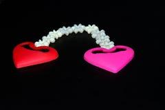 Due oggetti di forma del cuore con la fotografia nera del fondo delle stelle Fotografia Stock Libera da Diritti