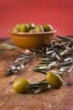 Due olive sistemate con le foglie verde oliva Immagine Stock