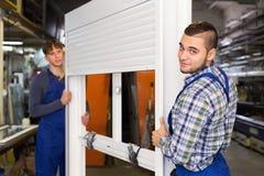 Due operai attenti che ispezionano le finestre Fotografie Stock