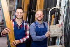 Due operai sorridenti alla fabbrica Immagini Stock