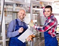 Due operai sorridenti alla fabbrica Fotografia Stock Libera da Diritti
