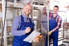 Due operai sorridenti alla fabbrica Immagine Stock