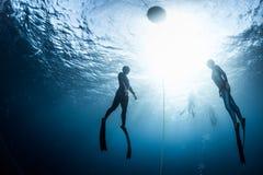 Due operatori subacquei liberi che salgono dalla profondità Immagine Stock Libera da Diritti