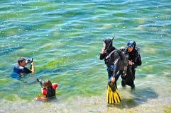 Due operatori subacquei originali e due sommozzatori sportivi Fotografia Stock Libera da Diritti