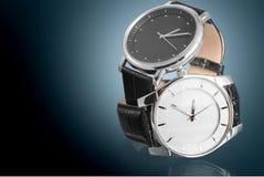 Due orologi su fondo scuro immagine stock