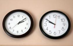 Due orologio uno al contrario Fotografia Stock Libera da Diritti