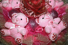 Due orsacchiotti nella composizione originale di colore rosa. Immagine Stock Libera da Diritti