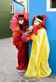 Due pagliacci nell'effettuazione della mascherina Fotografia Stock Libera da Diritti