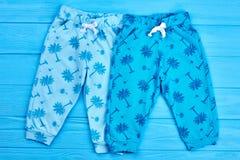 Due paia dei pantaloni moderni dei bambini Fotografia Stock