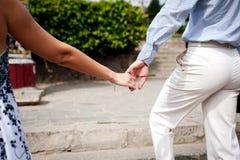 Due paia delle mani nell'amore tengono insieme tenero Fotografia Stock