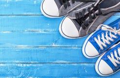 Due paia delle scarpe da tennis del blu del tessuto Fotografie Stock Libere da Diritti