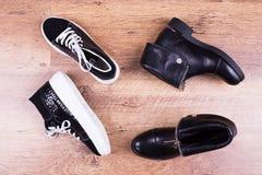 Due paia delle scarpe del ` s delle donne di colore Immagine Stock