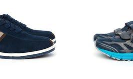Due paia delle scarpe per gli uomini ed i bambini su bianco immagini stock