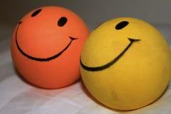 Due palle con la vista del primo piano di sorrisi dal lato Immagini Stock Libere da Diritti