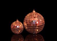 Due palle della discoteca di natale isolate sul nero Immagini Stock