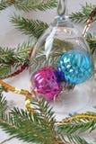 Due palle di Natale su un fondo bianco immagini stock libere da diritti
