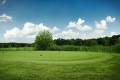 Due palle sul campo da golf verde, nessuno fotografie stock