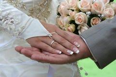 Due palme e mazzi di cerimonia nuziale. Immagini Stock